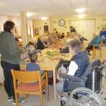 Vorschulkinder basteln mit den Senioren im Altenheim